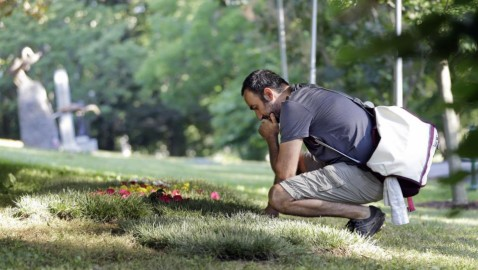 Iranian fan among first to grieve at Ali's grave